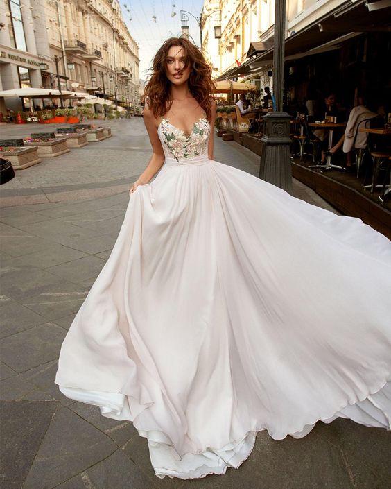 Vyšívané svatební šaty