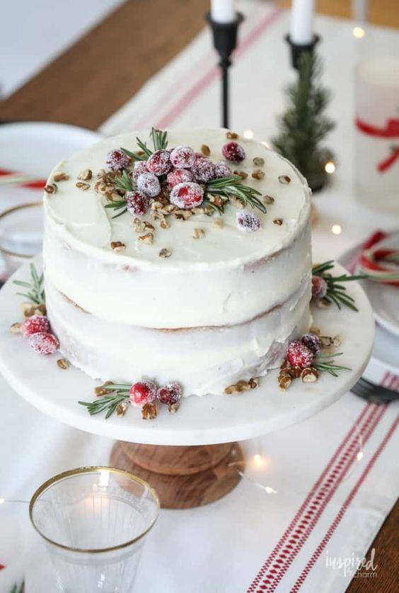 Malý svatební dort zdobený ovocem