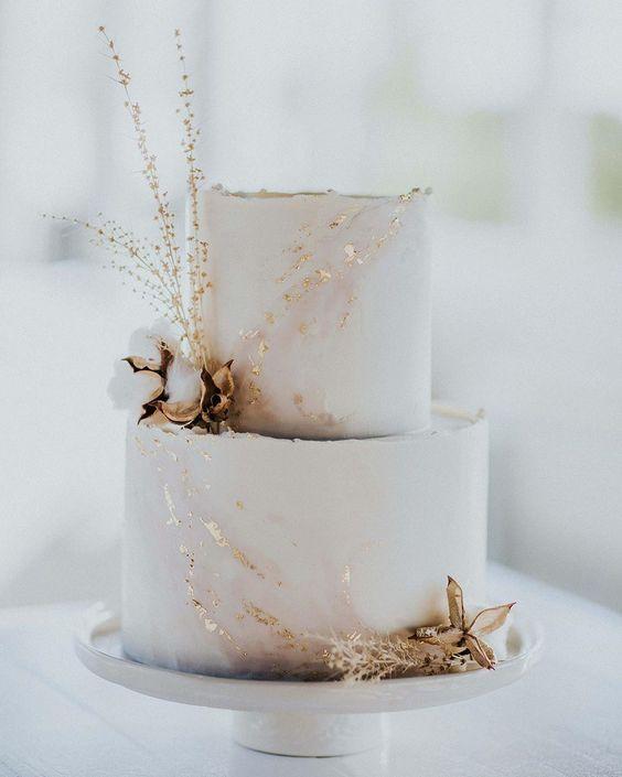 Zlatem zdobený svatební dort